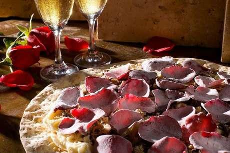 <strong>Pizza de rosas</strong><br />É no cardápio de pizzas doces que a Avenida Paulista Pizza Bar, presente em Curitiba e Brasília, surpreende. A pizzaria oferece um sabor feito com pétalas de rosas importadas, e é servida com farofa crocante e sorvete. Além de exótico, o sabor também tem um toque romântico