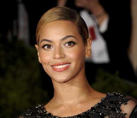 Beyonce asiste a la gala benéfica del Instituto del Vestuario en el Museo de Arte Metropolitano en Nueva York en esta foto de archivo del 7 de mayo del 2012. La cantante interpretará el himno nacional estadounidense durante la ceremonia de investidura del presidente Barack Obama el 21 de enero, anunció el miércoles el comité que planifica el acto en Washington.