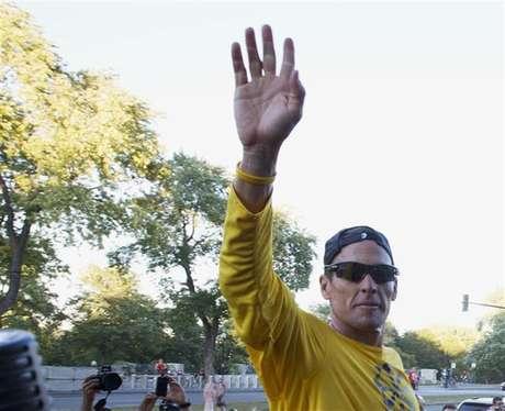 Lance Armstrong acena para multidão depois de corrida com fãs no parque Mount Royal, em Montreal, em agosto de 2012. O ex-ciclista vai quebrar o silêncio que cerca sua exclusão vitalícia do esporte e as acusações de doping, numa entrevista com Oprah Winfrey na semana que vem. 29/08/2012