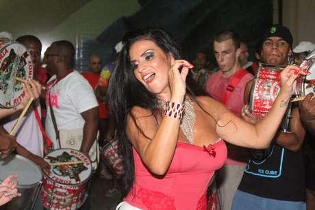 Solange Gomes foi a grande atração do ensaio da Porto da Pedra na noite nesta quarta-feira (9), na quadra da agremiação, no Rio de Janeiro. De shortinho branco e tomara-que-caia decotado, a rainha da escola comemorou a noite com um post no Instagram: Com meu amor, Porto da Pedra! Ensaio de comunidade!.