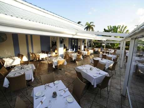 Localizado em Grand Cayman, o Agua Restaurant & Lounge reúne as culinárias italiana, vegana e peruana a frutos do mar frescos, como peixes e ostras