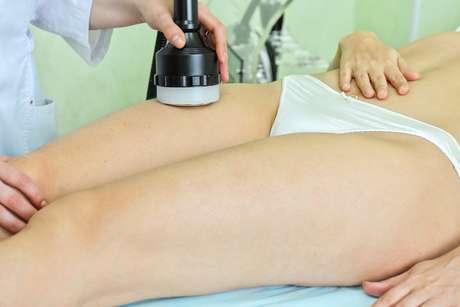 Tratamento é feito com dois aparelhos a laser, capazes de promover a compressão da cútis, deixando-a mais firme e livre da celulite