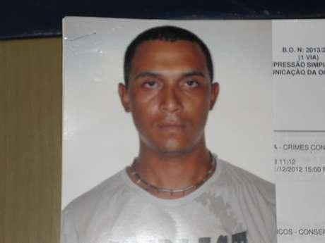 Homem tirou uma fotografia 3x4 antes de anunciar o assalto na loja de Curitiba