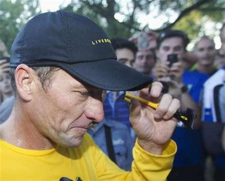 Lance Armstrong vai em direção ao seu carro após corrida com fãs no parque Mount Royal, em Montreal, em agosto de 2012. Armstrong planeja admitir ter se dopado durante a carreira em entrevista à apresentadora Oprah Winfrey na próxima semana. 29/08/2012