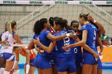 Jogadoras da equipe carioca comemoram vitória no Maracanãzinho