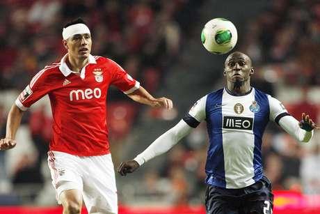 Benfica e Porto empataram por 2 a 2 e continuaram invictos no Português