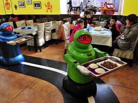 Restaurante tem 20 robôs desempenhando as funções de garçons e cozinheiros