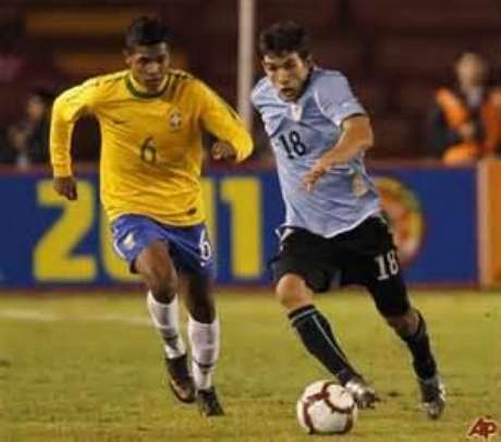 Uruguay upset Brazil to go to the top of Group B in the South America U-20 Youth Championships.