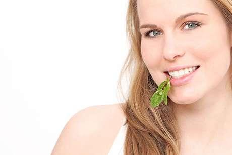 Para dar uma ajuda à escova, fio dental e limpador de língua contra a halitose, vale cuidar da alimentação. A nutricionista funcional Christiane Vitola dá as dicas