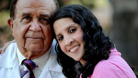 Auristela Viana posa ao lado do dr. Frederico Salles: apesar da aglossia, brasileira leva uma vida normal