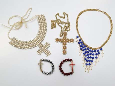 """Crucifixos serão as """"novas caveiras"""" do inverno 2013"""