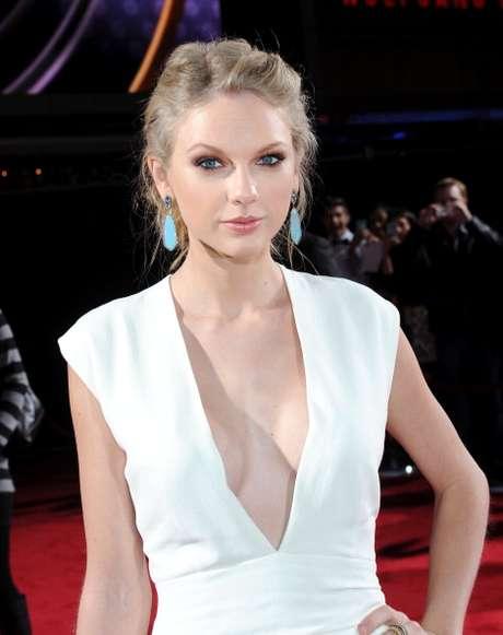 Taylor Swift deja a un lado su imagen inocente y se deja llevar por la tendencia del escote.