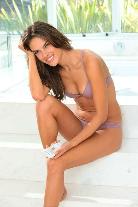 Alessandra Ambrosio estrelou a campanha usando apenas lingerie