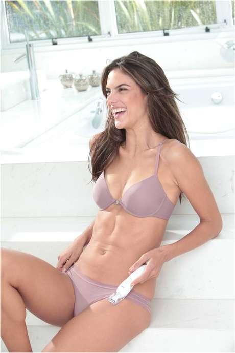 Alessandra Ambrosio é estrela da nova campanha publicitária de uma linha de depiladores