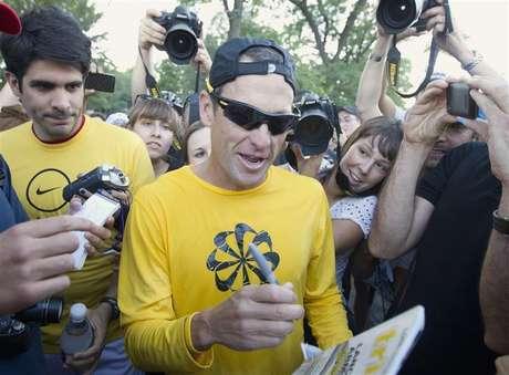 Ex-ciclista Lance Armstrong assina autógrafos depois de participar de uma corrida com fãs no parque Mount Royal em Montreal, no Canadá, em agosto de 2012. Armstrong confessou ter usado substâncias ilegais para melhorar a performance durante entrevista com a apresentadora Oprah Winfrey. 29/08/2012