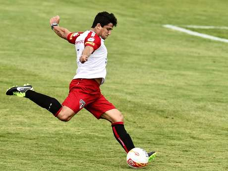 Atacante Aloísio treinou entre os titulares nesta terça-feira em Cotia