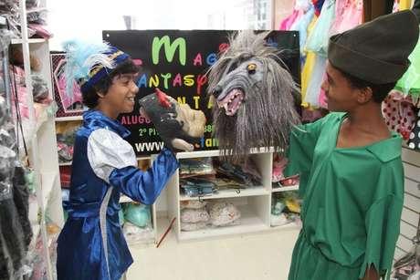 As crianças experimentaram fantasias de uma loja da Barra da Tijuca