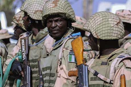 Soldados do Exército nigeriano se preparam para viajar ao Mali, no centro de manutenção de paz do Exército nigeriano, em Jaji, perto de Kaduna, na Nigéria, nesta quinta-feira. 17/01/2013