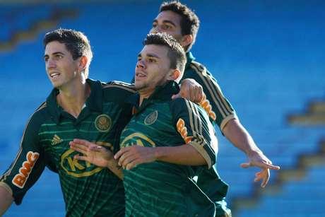 Bruno Dybal e Chico comemoram gol marcardo com apenas 1min de jogo