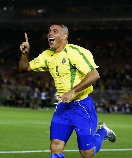 """O """"Fenômeno"""" <strong>Ronaldo</strong> conquistou um lugar no pódio desta lista, com o 3º lugar. Três vezes eleito melhor jogador do mundo, ele integrou a Seleção campeã em 1994, foi vice em 1998 e campeão em 2002. Fez carreira de sucesso na Espanha e ainda conquistou sucesso quando voltou ao Brasil para jogar pelo Corinthians, em 2009"""