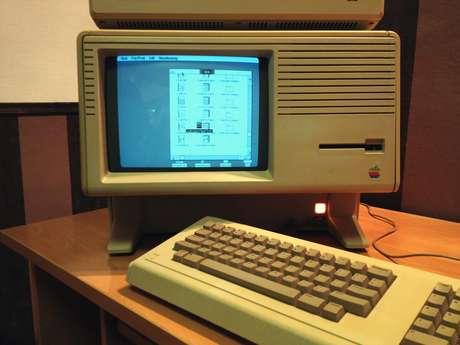 <strong>Com vocês, ícones e mouse</strong>! Há exatos 30 anos era lançado o Lisa, considerado o primeiro computador pessoal com interface gráfica. Ou seja, antes dele, a interação com a máquina era via comandos de texto, sem os ícones que estamos acostumados hoje. O preço da máquina era US$ 9.995