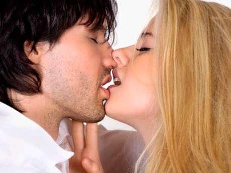 No sólo te concentres en los labios. Por la mañana despiértalo con unos besos a lo largo del hueso de su cadera. Puedes ir acercándote peligrosamente hacia la sección más íntima, pero no caigas en la tentación, detente justo ahí. Esa zona está llena de nervios por lo que lo harás sentir un hormigueo súper excitante. Lo que hagan después dependerá de ustedes.