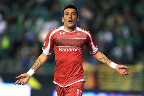 Edgar Benítez anotó el primer gol del partido en el triunfo de Toluca 2-1 sobre León.