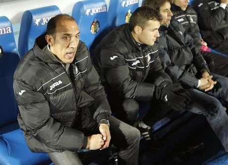 El segundo entrenador del Getafe, Pedro Rostoll, en el banquillo, durante el partido correspondiente a la vigésima jornada de la Liga de Primera División disputado hoy en el Coliseum Alfonso Pérez.