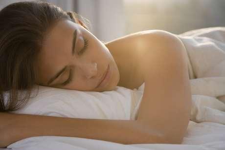 O site <i>Huffington Post </i>selecionou 5 dicas fáceis que ajudarão a manter a pele bonita por mais tempo. Confira:<br />Dormir reduz o nível de cortisol, um hormônio ligado ao estresse, que envelehce a pele e causa acne.