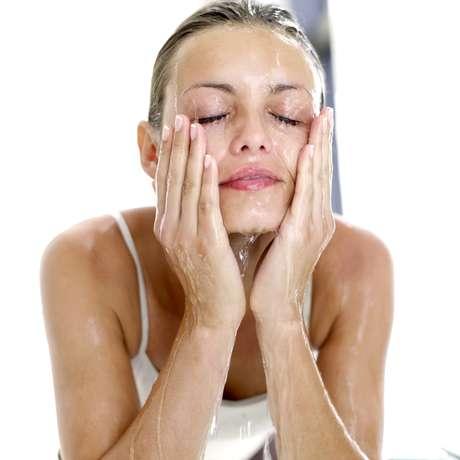 Limpeza diária do rosto é essencial para manter a pele sedosa