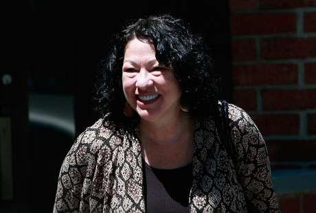 La jueza hispana de la Corte Suprema estadounidense, Sonia Sotomayor, bajó estesábado del estrado para presentar su recién publicada autobiografía, una historia de superación personal que narró con un magnetismo inesperado ante un auditorio lleno a rebosar.