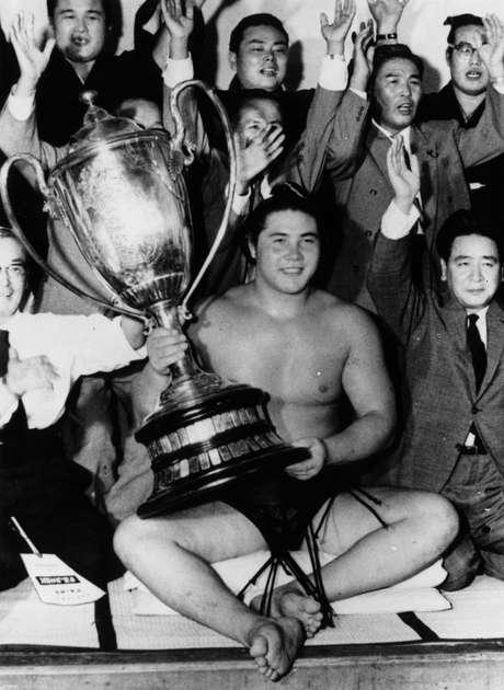 Em foto de 1961, Taiho Koki, então com 21 anos de idade, exibe troféu após vencer a Copa do Imperador
