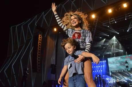 Claudia Leitte dividiu o palco com o filho Davi