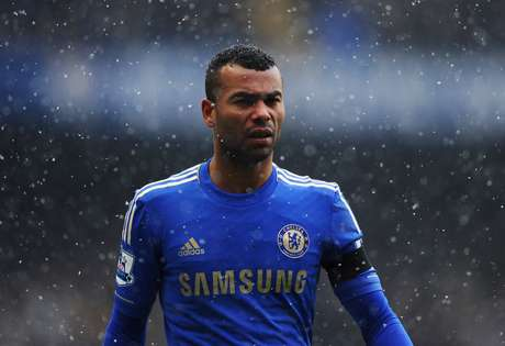 Chelsea coach Rafa Benitez confirmed that left back Ashley Cole will be getting a new contract from the club.