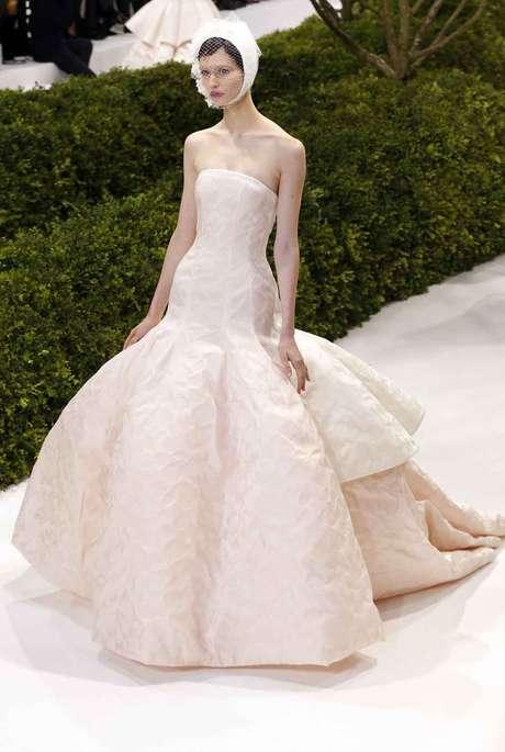 <strong>Dior: </strong>Uno de los desfiles más esperadosfue elde Raf Simons para Dior. Consagrado ya al frente de la mítica marca, su segunda colección de alta costura se inspiraba en la propia idea de la primavera y sedujo a la prensa especializada.