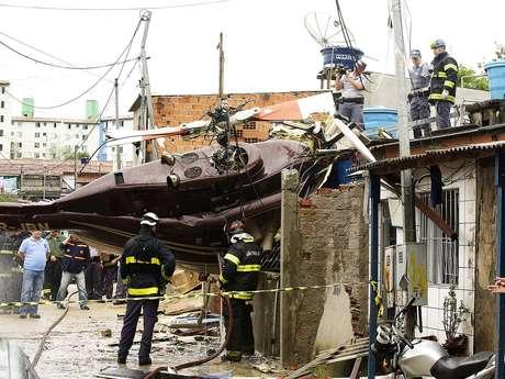 Por lo menos una persona murió tras la caída de un helicóptero en Jaraguá, región noroeste de São Paulo.