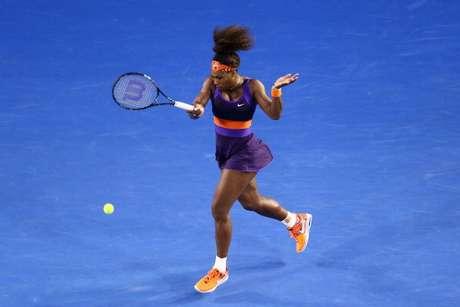 Serena Williams golpea la bola en su partido ante Maria Kirilenko.