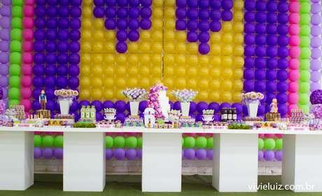 A festa cujo tema é o filme Enrolados conta com painel de bexigas que forma uma coroa amarela. O bolo é decorado com flores coloridas. A proposta é da Komemore Festas Personalizadas. Informações: (61) 3345-4631