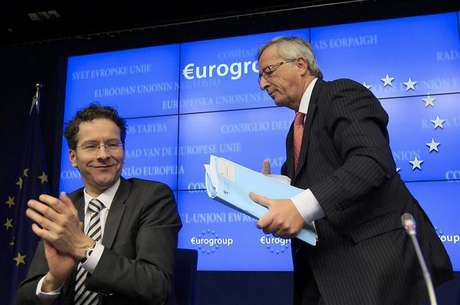 Luxembourg's Prime Minister Jean-Claude Juncker (R) is applauded by Netherlands' Finance Minister Jeroen Dijsselbloem (L) following his last news conference after stepping down as Eurogroup Chairman at a euro zone finance ministers' meeting in Brussels January 21, 2013. Dijsselbloem has been appointed the new Eurogroup Chairman.