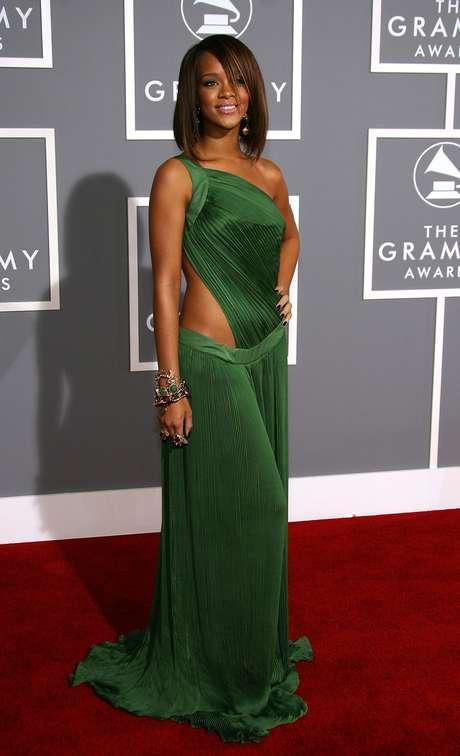 Em fevereiro de 2007, foi ao Grammy com esse vestido, cuja saia é cintura baixa. A impressão é que é baixa demais, escorregou, deixou aparecer mais do que devia e ficou muito comprida