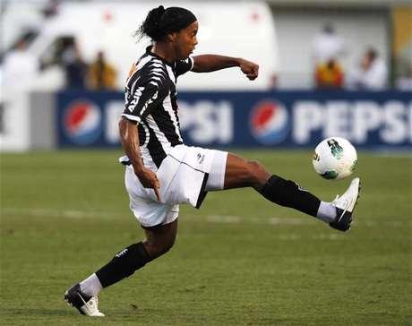 Ronaldinho domina a bola durante partida do Atlético Mineiro contra o Corinthians em São Paulo. Em sua primeira convocação desde o retorno à seleção brasileira, o técnico Luiz Felipe Scolari chamou o meia Ronaldinho Gaúcho para o amistoso contra a Inglaterra, em Londres, em 6 de fevereiro. 2/09/2012