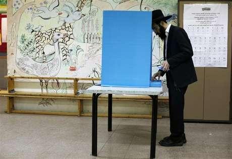 Judeu ortodoxo vota em seção eleitoral no assentamento judaico de Kochav Ya'acov, ao norte de Jerusalém, na região da Cisjordânia. 22/01/2013