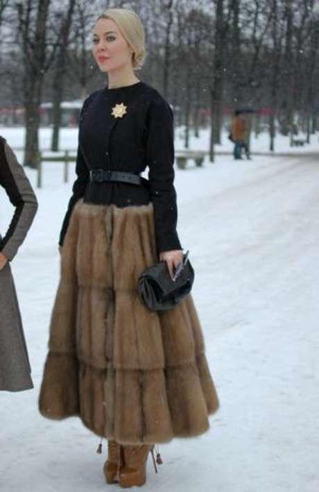 La diseñadora rusa, Ulyana Sergeenko, usó un vestido con falda de piel para asistir al desfile de Dior.