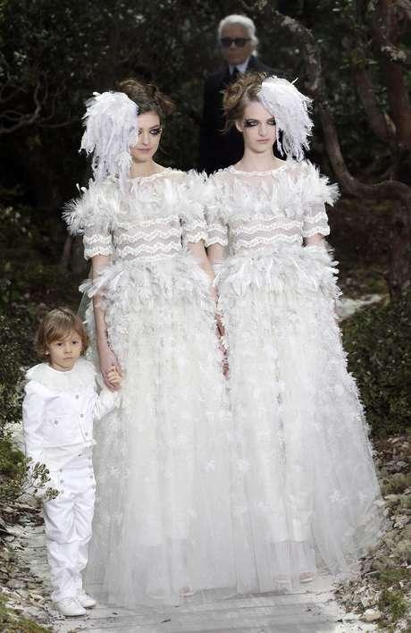 EstilistaKarl Lagerfeld teria usado a passarela da semana de moda como forma de protesto em favor da causa gay
