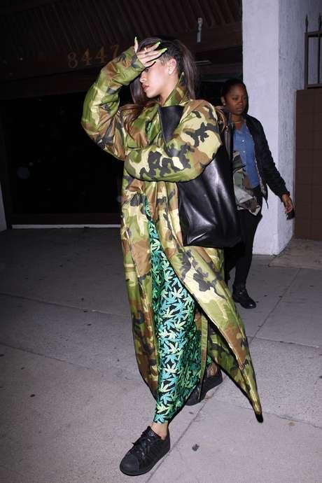 Rihanna combina vestido com estampa de maconha e casaco camuflado