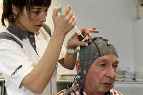 Idoso consegue controlar extremidade de membro paralisado durante experimento na Suíça
