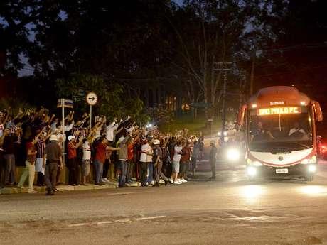 O São Paulo começa a decidir, nesta quarta-feira, uma vaga na fase de grupos da Copa Libertadores. O time jogará no Morumbi contra o Bolívar e terá grande apoio da torcida, que já recepcionou os jogadores com festa