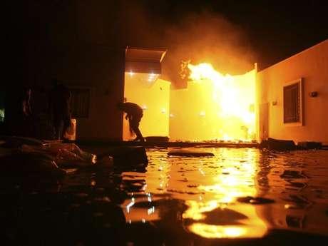 Pero, ¿qué fue lo que sucedió? Uno de los agentes de la embajada fue asesinado en medio del atentado a la sede diplomática de Estados Unidos, mientras dos soldados estadounidenses fallecieron tras un ataque contra el convoy que trataba de evacuar a los muertos y a los 32 funcionarios del consulado que habían sido refugiados en un edificio cercano protegido por fuerzas de seguridad libias.