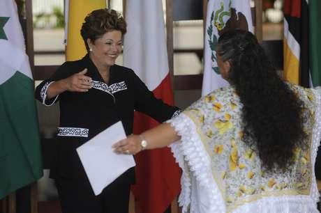 Dilma recebe abraço da embaixadora do México, Beatriz Elena Paredes Rangel