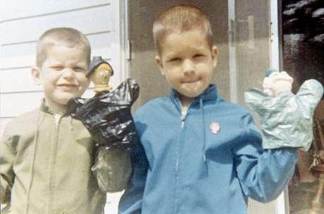 Fotografías que van desde 1964 cuando John tenía dos años y Jim uno lucen en las fotografías de los ahora famosos entrenadores de la NFL.